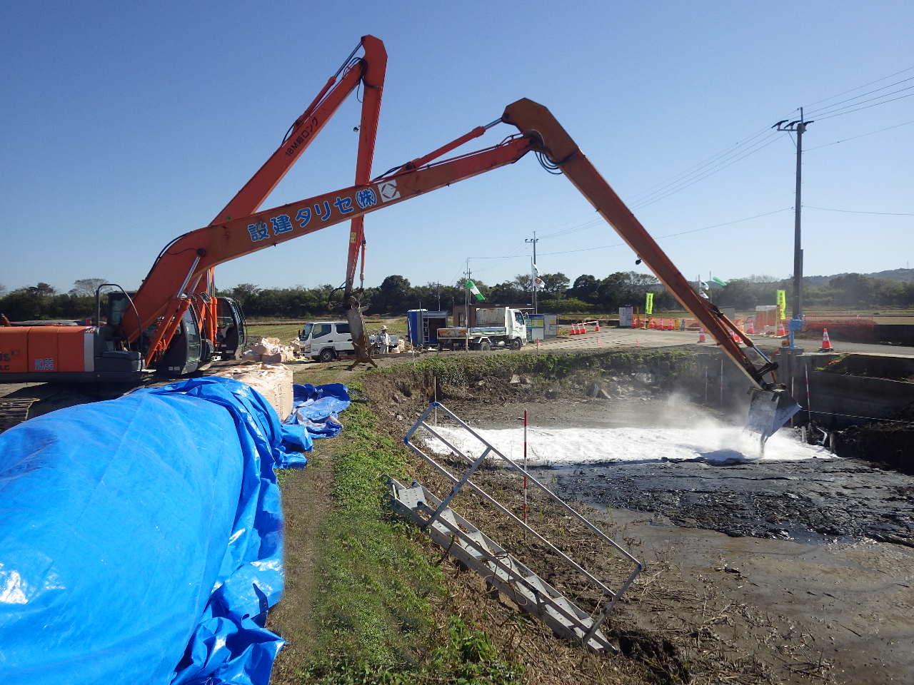 河床を石灰で地盤改良し強度を高める